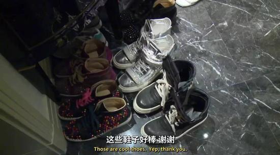 门口的鞋子正面图