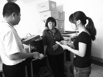 夏阿婆向食药监部门工作人员反映情况。