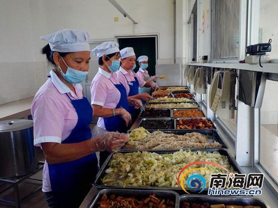 改制后学校食堂菜肴品种多工作人员等待学生自由选菜打餐 (南海网记者刘培远摄)