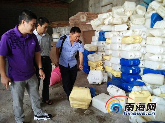 海口工商局美兰工商所所长冯宗坚(右一)带领工作人员来到企业了解情况(南海网记者姜飞摄)