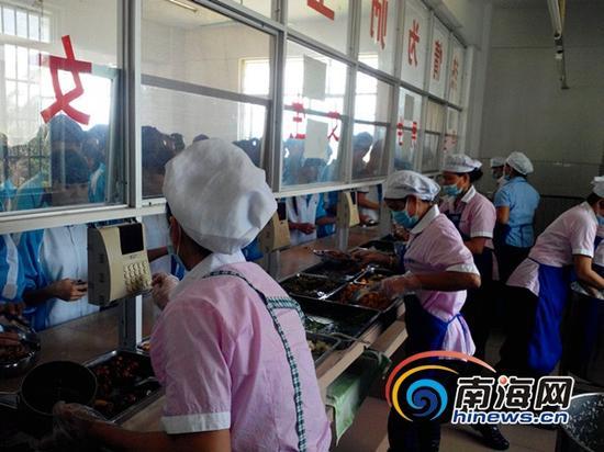 学生们刷卡就餐 (南海网记者刘培远摄)