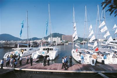 嘉宾们来到三亚鸿洲游艇会参观游艇展销。本报记者 翁叶俊 摄