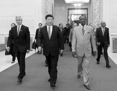 习近平与出席论坛的外国领导人步入会场。新华社发