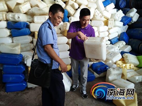 企业负责人向工商人员介绍情况(南海网记者姜飞摄)