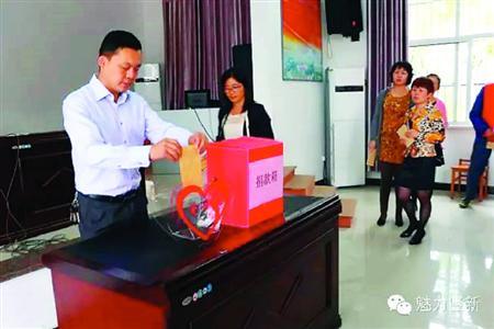 崇明县堡西村的村民为王佳韬进行现场捐款