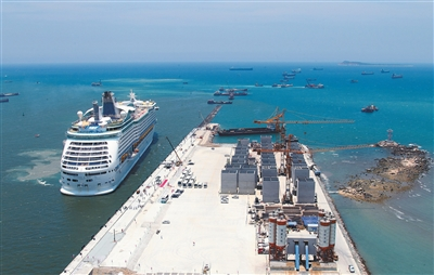 三亚凤凰岛国际邮轮港二期工程正在加紧施工。