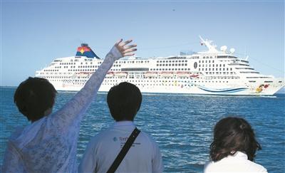驶入三亚凤凰岛国际邮轮港的邮轮。