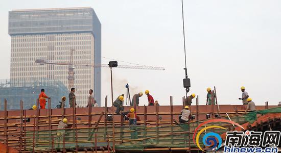 10月15日,海口市海秀快速路国兴大道与海秀路接壤路段工地,工人正在加紧施工。海南日报记者张茂摄