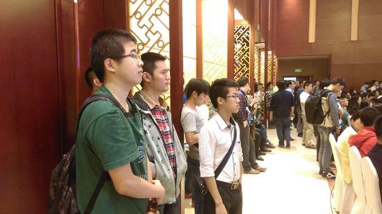 三位大学生站着也要听完