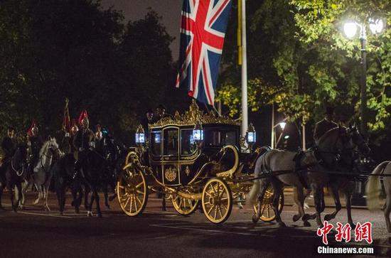 当地时间10月16日,英国伦敦,英国仪仗队进行排练,为中国国家主席习近平到访做准备。中国国家主席习近平将于10月19日至23日对英国进行国事访问,这是10年来中国国家主席首次对英国进行国事访问。这几天,白金汉宫正在为此做精心准备。(图片:中新网)