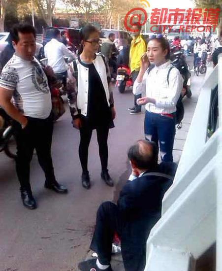 郑州老人街头晕倒咳血 救人白衣女孩被找到