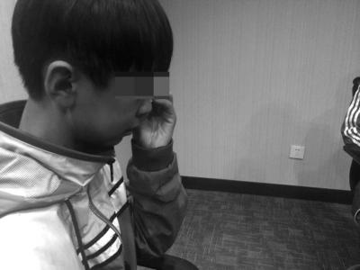 回忆起弟弟被害的场景,小阳不禁再次流下眼泪。 京华时报记者王晓飞摄