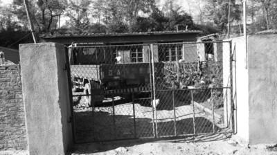 昨日,出事的刘家大门紧闭,一辆农用三轮车停在院中。 辽沈晚报、聊沈客户端记者 王勇 摄