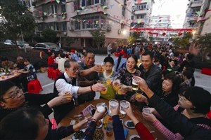 星苑社区居民们聚在一起共享百家宴