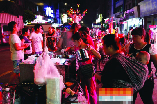 10月17日晚上,广州市海珠区南洲盈丰路,晚上出来经营的摊贩正在售卖各类小吃。记者 高贵彬 摄