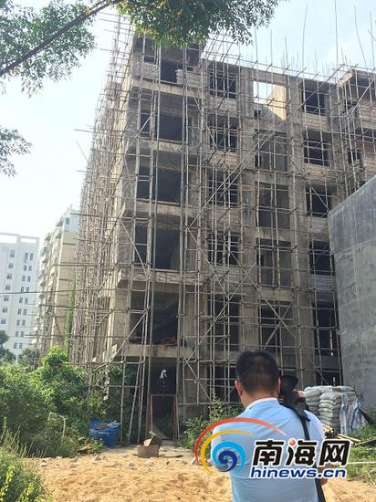位于海口市椰海大道红木楼对面的一栋6层违建,因长期未拆被曝光在海口大型电视问政节目《亮见》节目中。(南海网记者李晓梅摄)