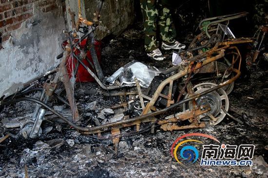 火灾现场一片狼藉,多辆电动车被烧毁(南海网记者陈望摄)