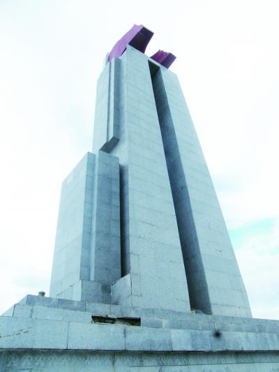 纪念碑基座出现破损