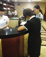 ▲食药监工作人员正在对上岛咖啡店进行调查