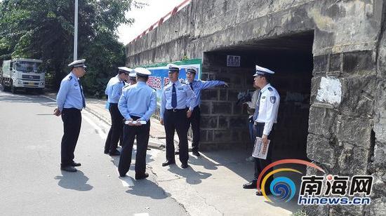 18日,海口交警支队支队长林鸿宇带领相关部门负责人现场勘查。