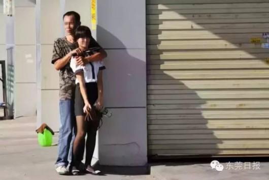 这名男子挟持了一位步行的女市民,匕首架在她的脖子上