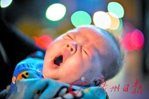 两个月大的双胞胎哥哥打哈欠。