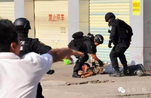 一声枪响之后,挟持人质的歹徒应声倒地。