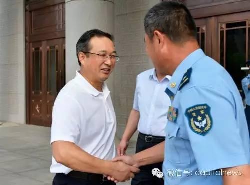 张家明(左)