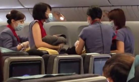 台湾孕妇在赴美航班上产女