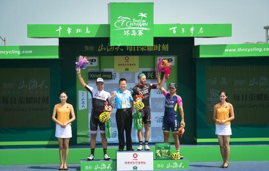 环海南岛国际公路自行车赛首战前三名及颁奖嘉宾