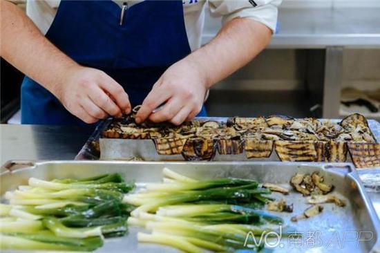 白金汉宫厨师备菜。