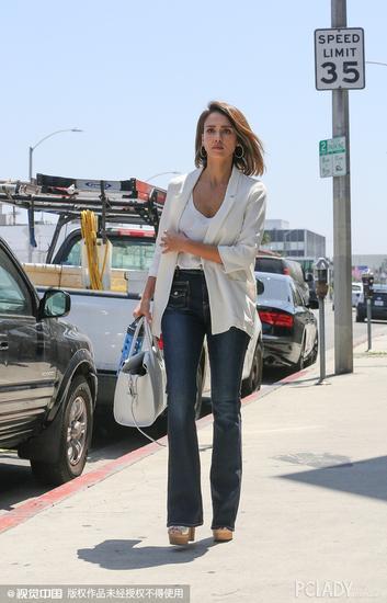 杰西卡-阿尔芭(Jessica Alba)白色西服街拍