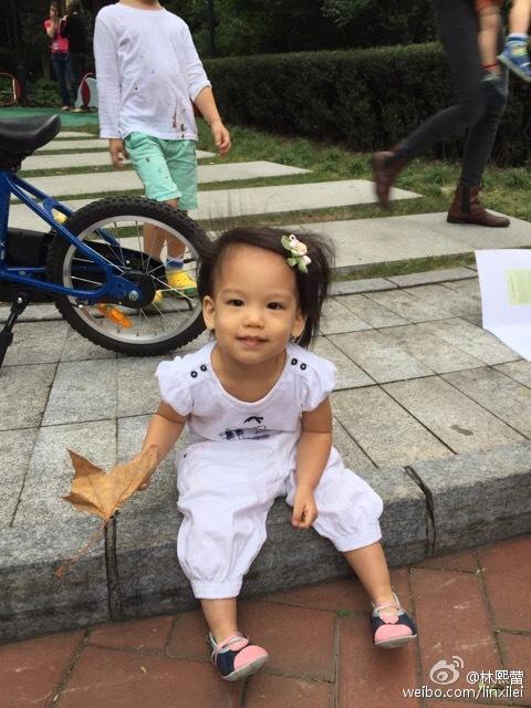 坐在街边的林熙蕾女儿