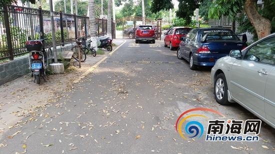 留医部宿舍小区内落叶满地、乱停乱放的车辆随处可见。