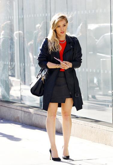 像Hilary Duff一样的娇小女性应以短打高腰的搭配为主