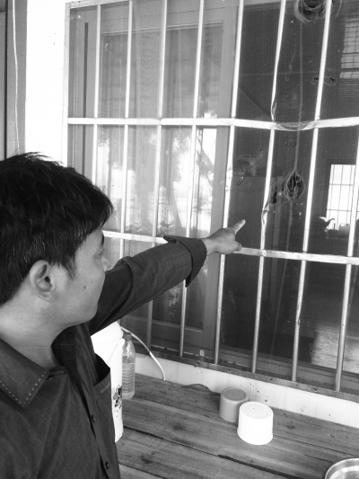 被砸变形的窗户