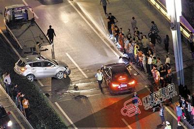 发生侧翻的越野车(左)。 目击者供图