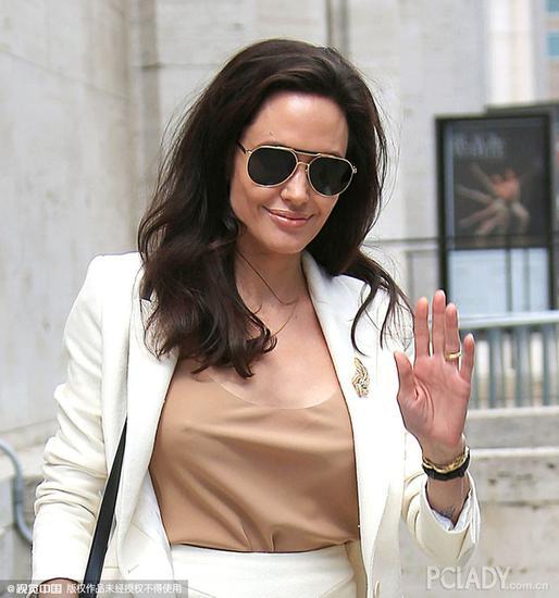 安吉丽娜-朱莉(Angelina Jolie)身穿白色套装亮相现场