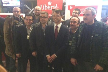 陈家诺(右三)和支持者。(加拿大《世界日报》/图:陈家诺办公室提供)