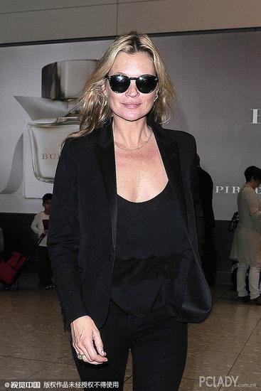 凯特-莫斯(Kate Ann Moss)黑色西服造型亮相机场