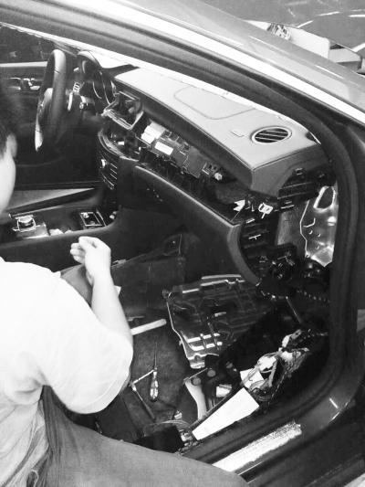 4S店技师在检查车辆