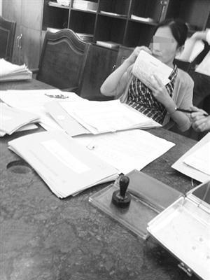 女工作人员办事大厅嗑瓜子。 市民供图