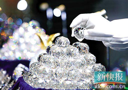 ■水晶在灯光照射下显得格外夺目。