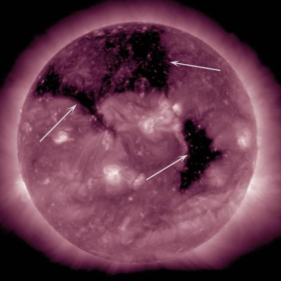 这张图像拍摄于 2015年9月8-10日, 当时太阳已经出现了三个大型的冕洞