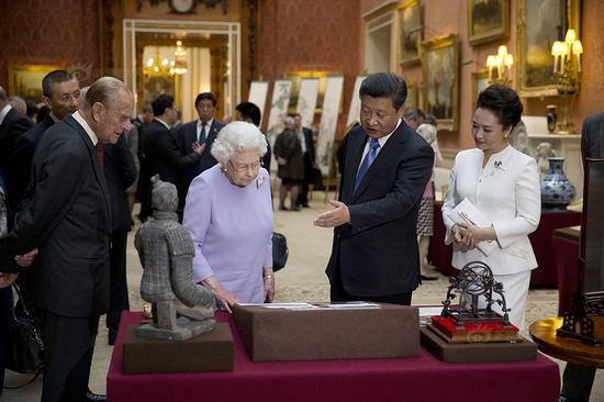 当地时间10月20日下午,英国女王邀请习近平夫妇参观皇家收藏中的中国藏品。新浪收藏配图