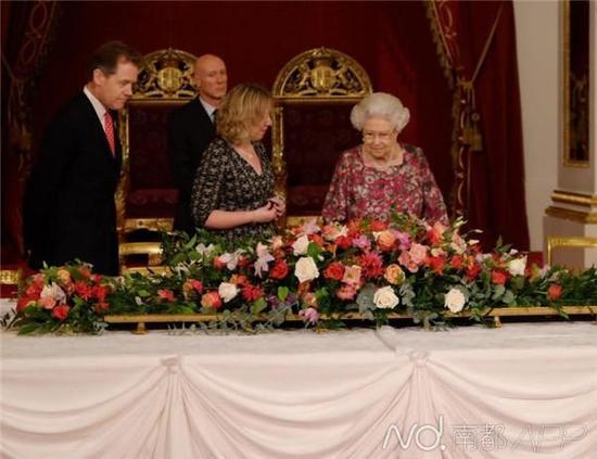 女王亲自来到白金汉宫宴会厅,细心检查所有细节。