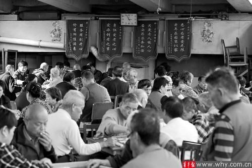 高架下每天都有大量老人聚集玩牌。