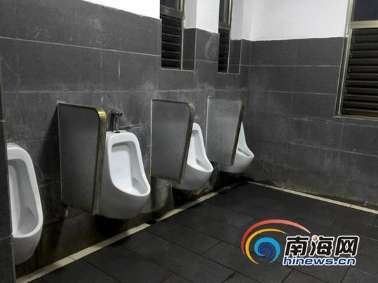 海口湾一带的公厕也被工作人员冲刷得十分干净。(南海网记者周静泊摄)