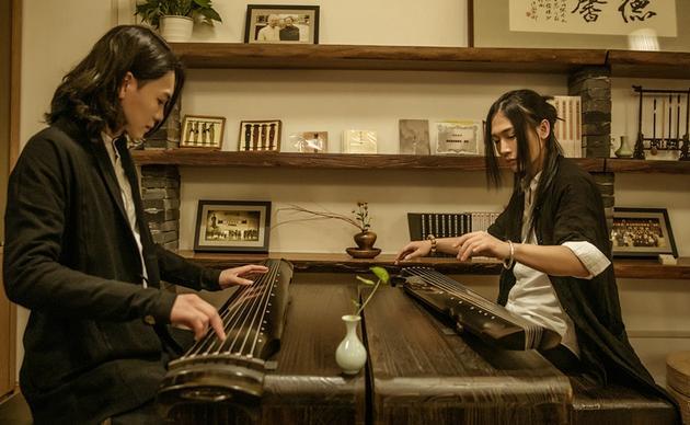 """黄山和扶苏在""""天一琴茶""""学习古琴技法"""