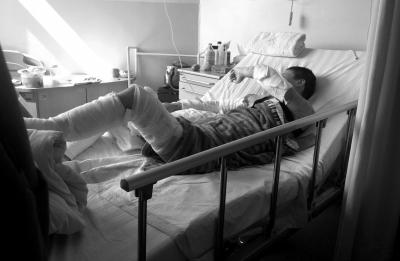 19日,在南京军区总医院接受救治的受伤女子李娟,四肢缠着厚厚的纱布。图东方IC